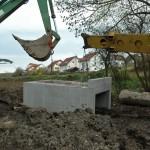 Sersheim Bau von Stelzbruecken ueber Muehlbach und Aischbach - im Hintergrund Neubaugebiet - Beutke und Fraenzel Gewaesserbau